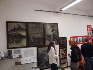 Sullo sfondo  :opere di Walter Reggiani